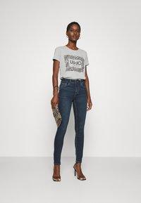 Liu Jo Jeans - MODA - T-shirt print - grigio melange - 1