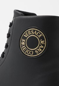 Versace Jeans Couture - CASSETTA LOGATA  - Sneakersy wysokie - black - 5