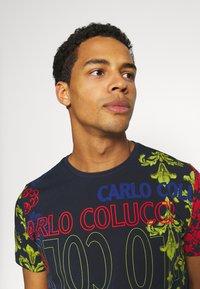 Carlo Colucci - UNISEX - Print T-shirt - navy - 3