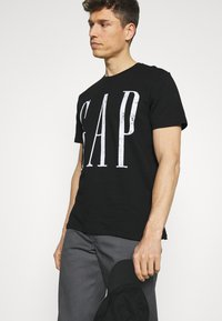 GAP - LOGO DISTRESS - Print T-shirt - true black - 3