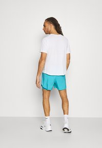 Nike Performance - STRIDE SHORT - Sportovní kraťasy - chlorine blue/silver - 2