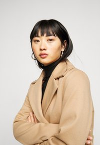 Fashion Union Petite - AIMEE - Short coat - camel - 3