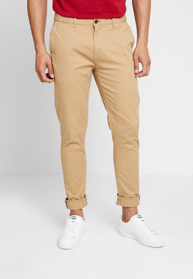 STUART CLASSIC SLIM FIT - Pantalones chinos - sand