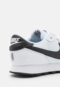 Nike Sportswear - MD VALIANT UNISEX - Zapatillas - white/black - 5