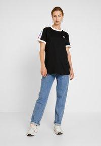adidas Originals - PRIDE TEE - Printtipaita - black/white - 1