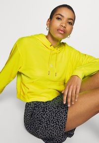 Calvin Klein Jeans - PUFF PRINT CROPPED HOODIE - Hoodie - safety yellow - 3