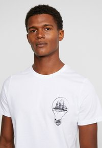 Pier One - T-shirt con stampa - white - 3