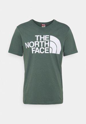 STANDARD TEE - Print T-shirt - balsam green
