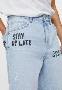 Bershka - MIT GRAFFITI  - Jeansy Relaxed Fit - blue denim - 3