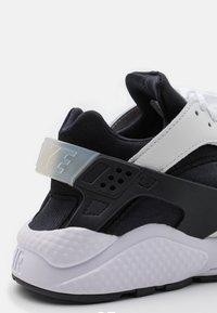 Nike Sportswear - AIR HUARACHE UNISEX - Baskets basses - black/white - 8