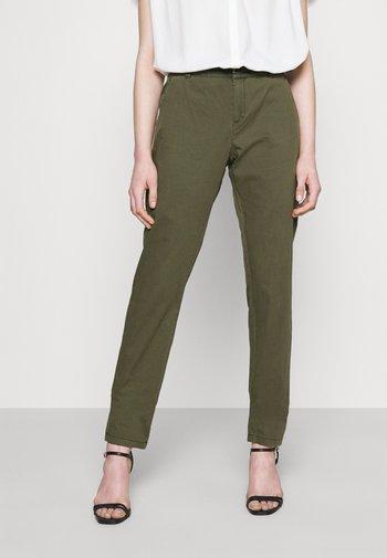 VMFLASH BELT COLOR PANT - Spodnie materiałowe - ivy green