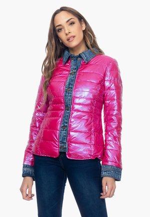 KURZER MIT EFFEKT AN AUSSCHNITT, MANSCHETTEN UND KN - Winter jacket - rosa