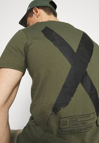 Pier One - T-shirt con stampa - khaki - 4