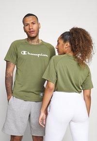 Champion - CREWNECK - T-shirt con stampa - khaki - 3