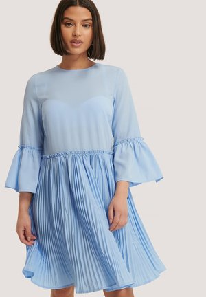 MIT RUNDHALSAUSSCHNITT - Day dress - light blue
