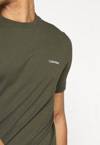 Calvin Klein - CHEST LOGO - Jednoduché triko - green - 5