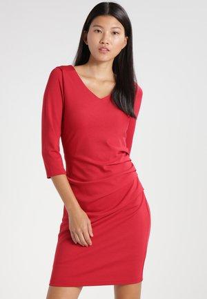 INDIA  - Fodralklänning - haute red