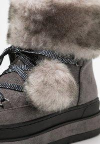 s.Oliver - Kotníkové boty na platformě - grey glitter - 2