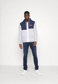 Tommy Jeans - CONTRAST ZIP HOODIE - veste en sweat zippée - grey - 1