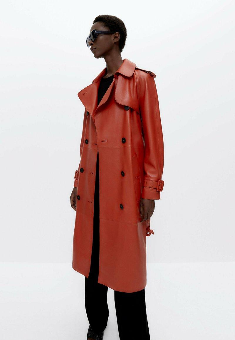 Uterqüe - Trenchcoat - orange