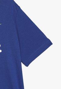 Nike Sportswear - Triko spotiskem - game royal/volt - 2