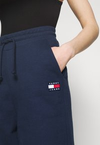 Tommy Jeans - RELAXED BADGE PANT - Tracksuit bottoms - twilight navy - 4