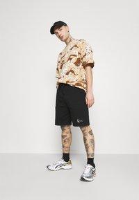 Karl Kani - T-shirt med print - sand - 1