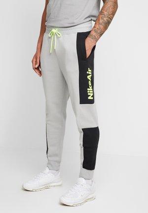 M NSW NIKE AIR PANT FLC - Pantalon de survêtement - smoke grey/black/volt