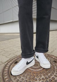 Nike Sportswear - BLAZER PLATFORM - Sneakers laag - white/black/sail/team orange - 2