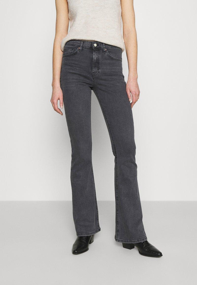 Topshop - JAMIE FLARE - Flared Jeans - washed black