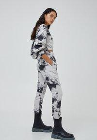 PULL&BEAR - MIT TIE-DYE IM KONTRAST - Kalhoty - light grey - 3
