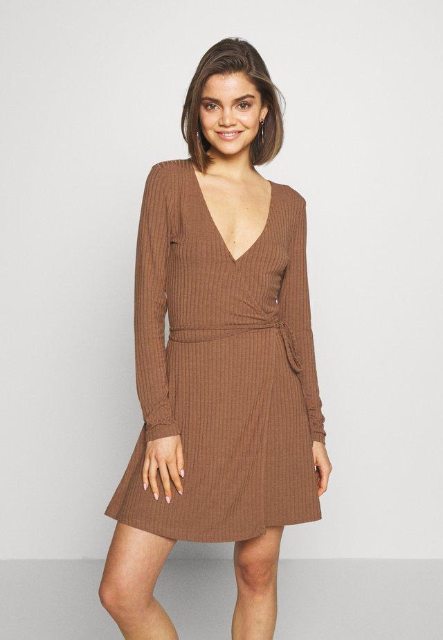 OVERLAP TIE DETAIL MINI DRESS - Žerzejové šaty - brown