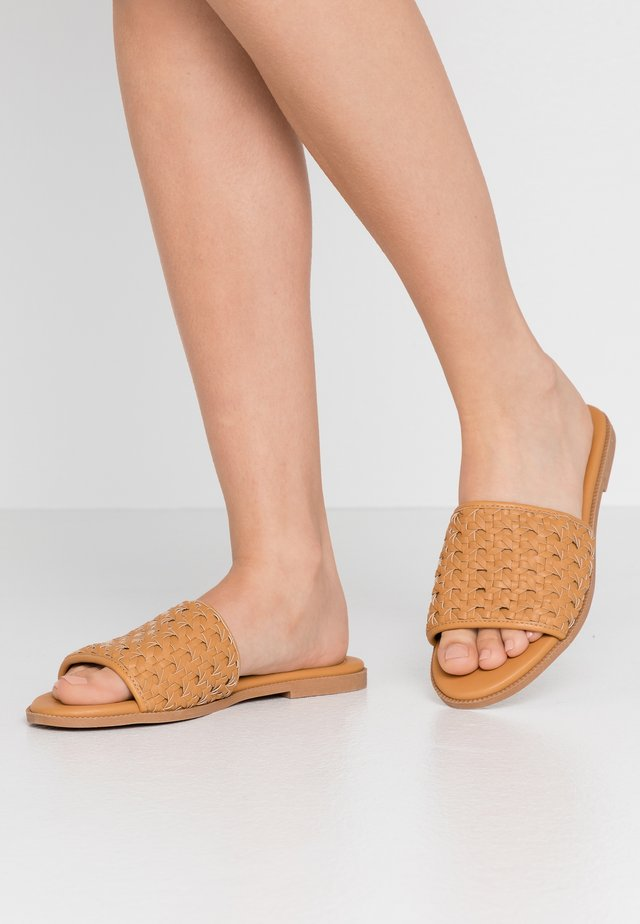 WIDE FIT  - Mules - biscuit