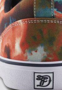 TOM TAILOR DENIM - GEMUSTERTER - Sneakers laag - red-multi - 5