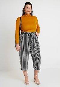 New Look Curves - VINNIE STRIPE EMERALD TIE WAIST CROP - Pantalones - black pattern - 1