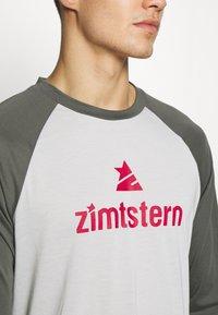 Zimtstern - PURE FLOWZ MEN - Tekninen urheilupaita - glacier grey/gun metal/cyber red - 4