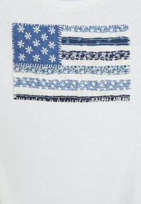 Polo Ralph Lauren - FLAG TEE - Print T-shirt - deckwash white - 2