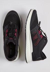 ECCO - EXOSTRIDE  - Sneakers laag - black/sangria - 1