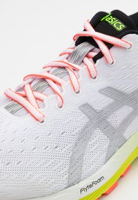 ASICS - GEL-CUMULUS 22 SUMMER LITE SHOW - Zapatillas de running neutras - white/pure silver - 5