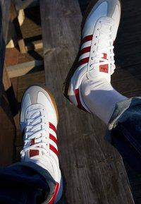 adidas Originals - JEANS UNISEX - Trainers - footwear white/collegiate burgundy - 2