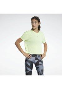 Reebok - RUN ESSENTIALS SHORT SLEEVE GRAPHIC T-SHIRT - T-shirts med print - yellow - 0