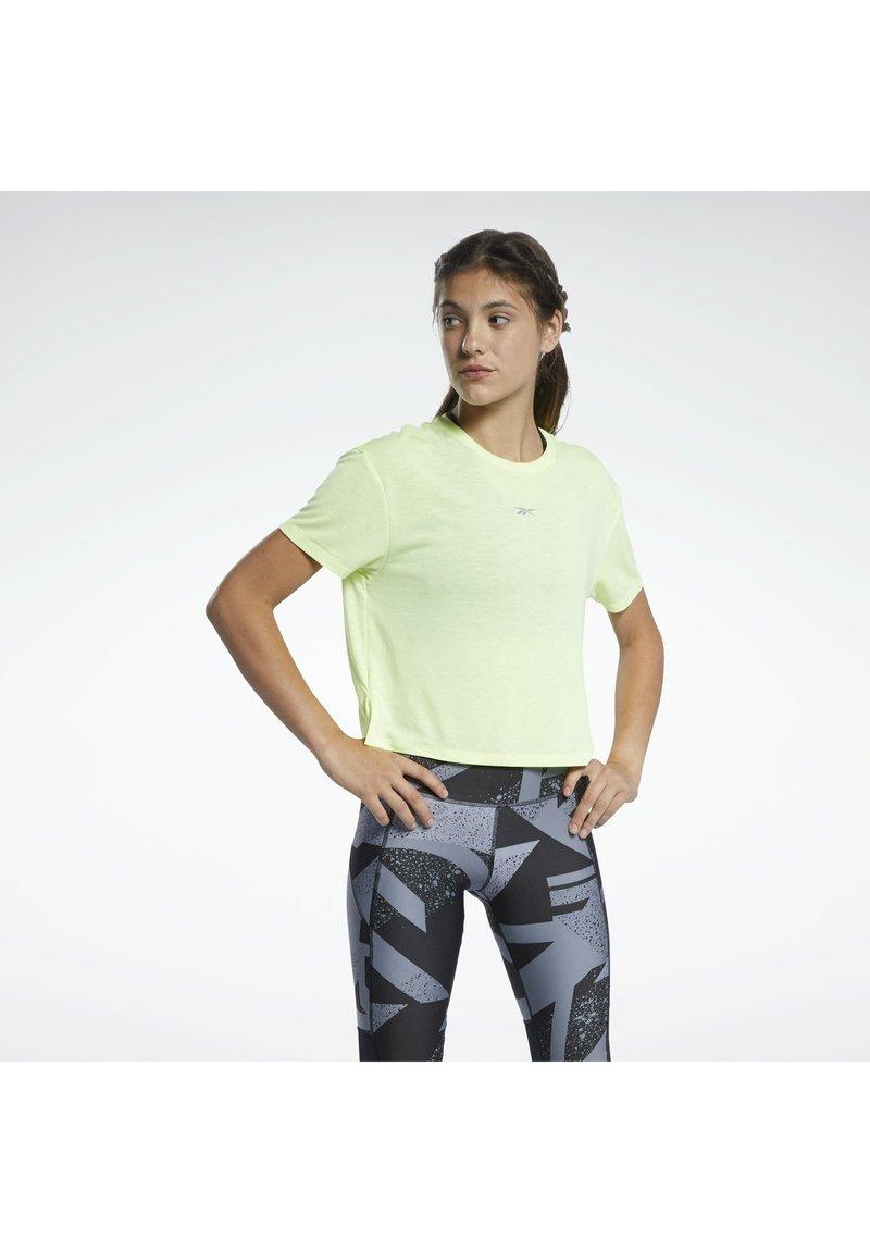 Reebok - RUN ESSENTIALS SHORT SLEEVE GRAPHIC T-SHIRT - T-shirts med print - yellow