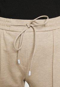 Opus - MELVY - Pantalon de survêtement - macadamia - 4