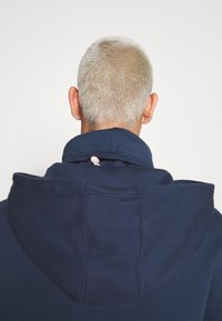 Tommy Jeans - BADGE FUNNEL NECK HOODIE - Sweat à capuche - navy - 5