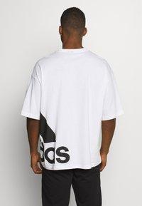 adidas Performance - BOXBOS TEE - T-shirt med print - white/black - 2
