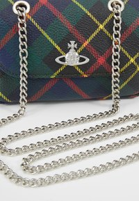 Vivienne Westwood - DERBY SMALL PURSE WITH CHAIN - Axelremsväska - hunting - 6