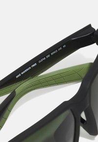 Nike Sportswear - MAVERICK FREE UNISEX - Sunglasses - sequoia/medium olive - 2