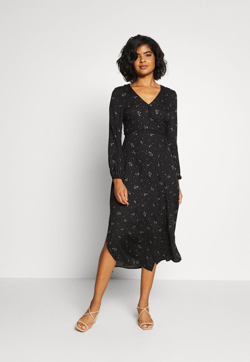 Cotton On - WRAP LONG SLEEVE MIDI DRESS - Denní šaty - ditsy black