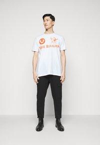 True Religion - CREW ALLOVER LOGO  - Camiseta estampada - white - 1
