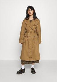 Gina Tricot Petite - MIMMI - Trenchcoat - brown - 0